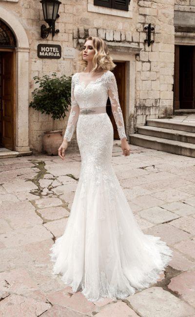 Свадебное платье «рыбка» с плотной кружевной отделкой и чувственной открытой спиной.