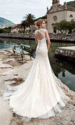 Роскошное свадебное платье «русалка» с открытой спинкой и фактурным декором верха.