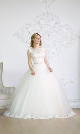 Закрытое свадебное платье с изящным узким поясом на талии и кружевным декором подола.