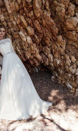 Прямое свадебное платье с широкими рукавами из шифона и элегантной юбкой со складками.