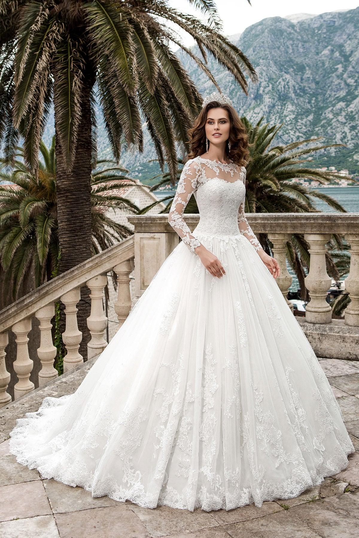 aa64da5d987 Свадебное платье «принцесса» с длинными кружевными рукавами и торжественным  шлейфом.