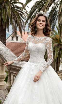 Свадебное платье «принцесса» с длинными кружевными рукавами и торжественным шлейфом.