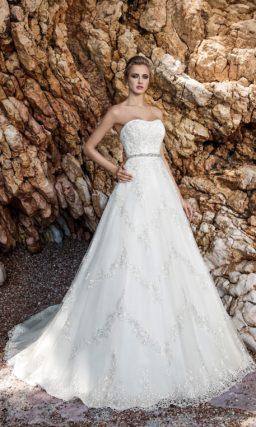 Изысканное свадебное платье «трапеция» с узким бисерным поясом и кружевным топом.