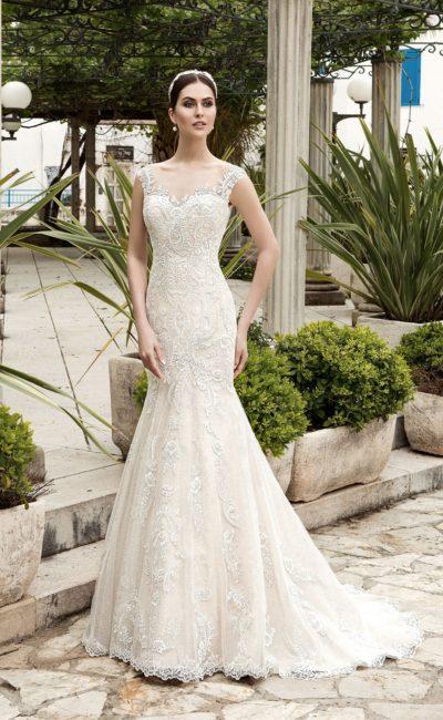 Кружевное свадебное платье «рыбка» с фигурным декольте и фактурной полупрозрачной спинкой.