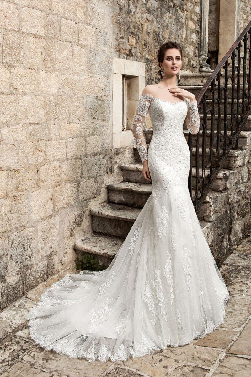 Свадебное платье «русалка» с открытой спинкой и декором кружевными аппликациями.