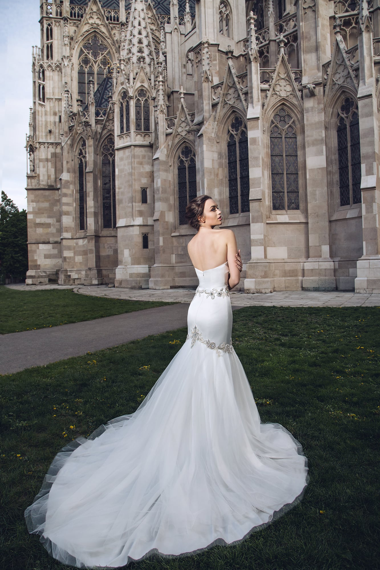Свадебное платье с лифом-сердечком и многослойной юбкой «рыбка» с длинным шлейфом.