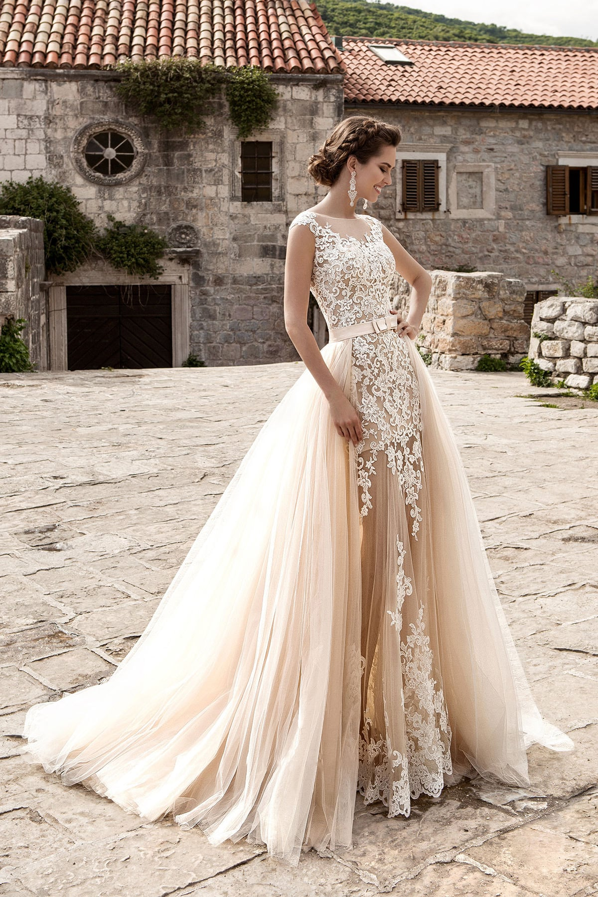 23df1f7d19f1de Бежевое свадебное платье облегающего кроя с верхней юбкой из нескольких  слоев тонкой ткани.