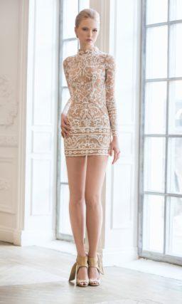 Бежевое свадебное платье длиной до середины бедра, с прозрачным шлейфом и кружевным декором.