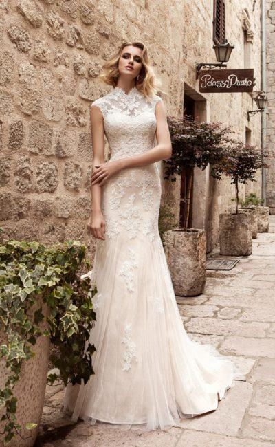 Закрытое свадебное платье с кружевным воротником-стойкой и многослойным шлейфом.