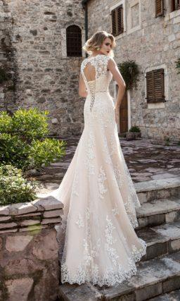 Кружевное свадебное платье облегающего кроя с закрытым верхом и открытой спинкой.