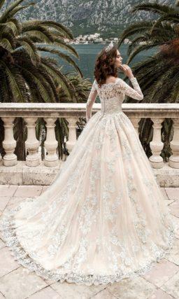 Фактурное свадебное платье «трапеция» с притягательным вырезом и длинными рукавами.