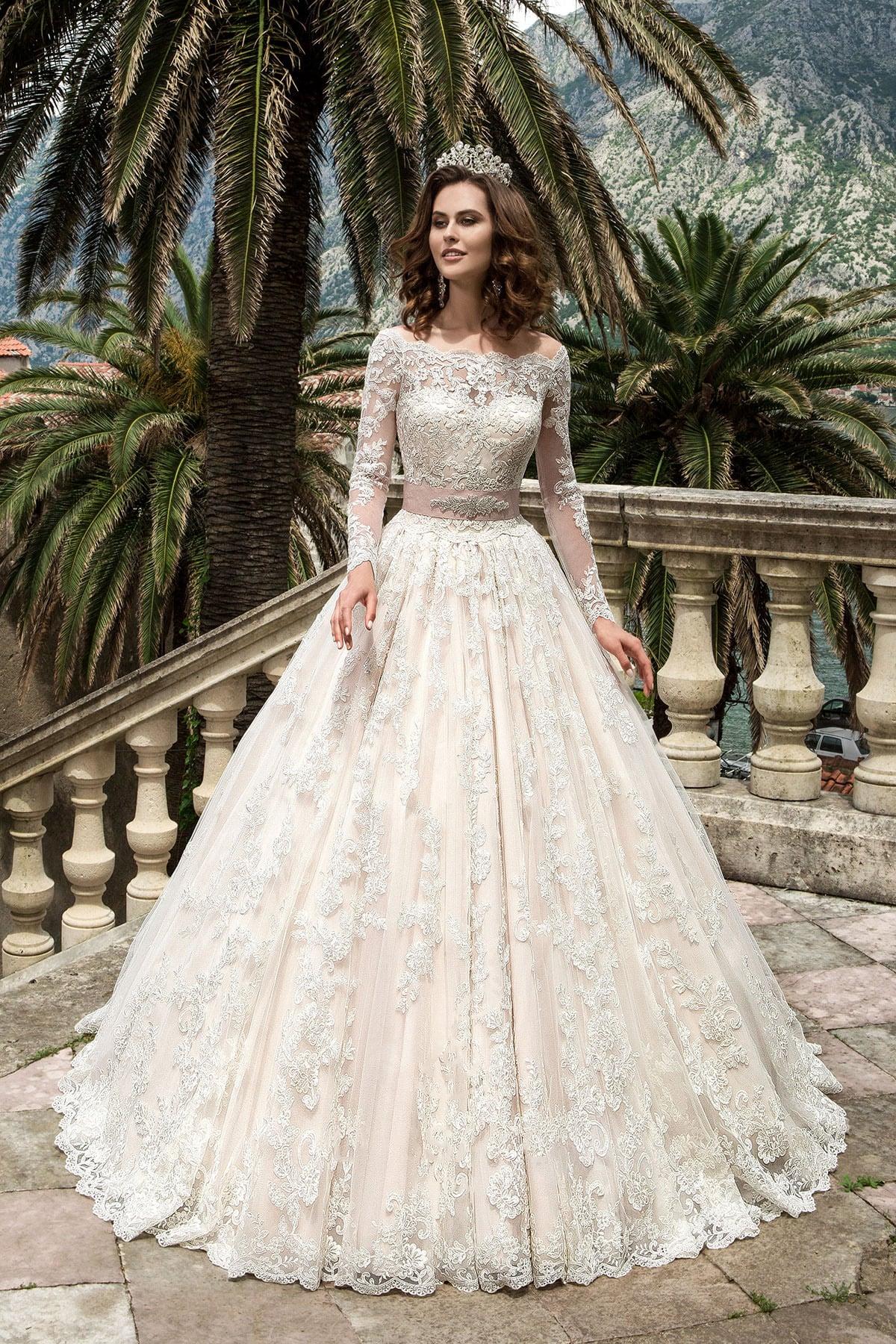 bb92d364a20 Фактурное свадебное платье «трапеция» с притягательным вырезом и длинными  рукавами.