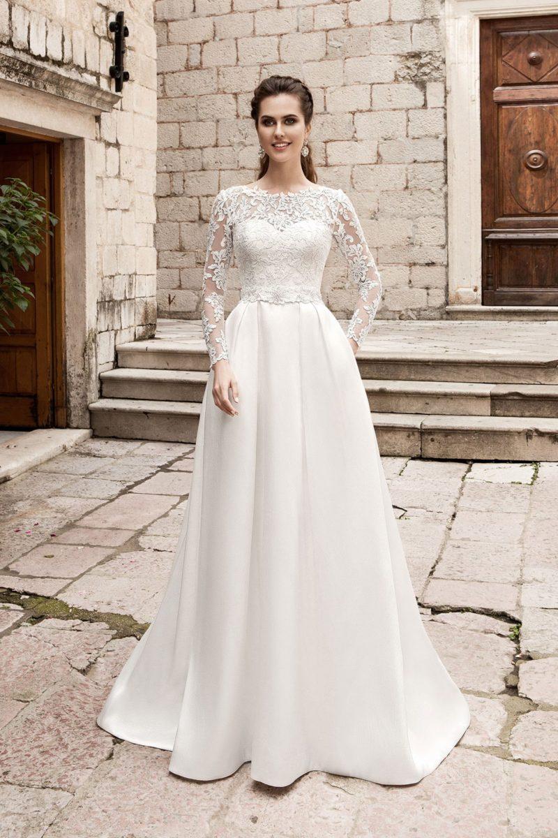 Классическое свадебное платье прямого кроя с верхом, оформленным плотным кружевом.