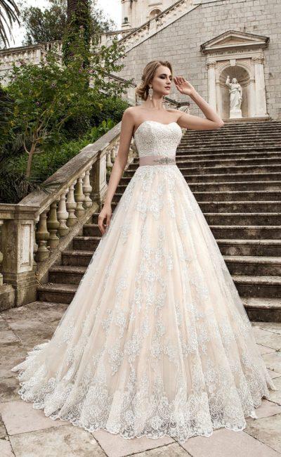 Открытое свадебное платье с многослойным подолом, украшенным кружевом, и цветным поясом.