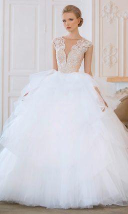 Свадебное платье с бежевым корсетом с глубоким вырезом и причудливого кроя пышной юбкой.