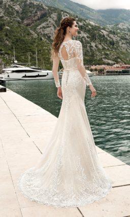 Закрытое свадебное платье «рыбка» кремового оттенка, дополненное пышной верхней юбкой.