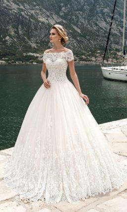 Пышное свадебное платье с округлым декольте и короткими облегающими рукавами из кружева.