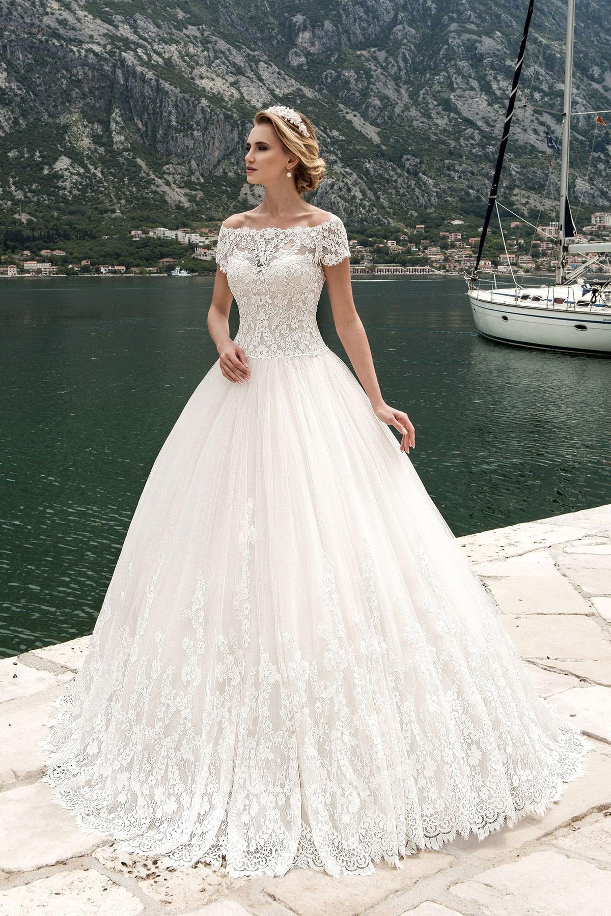 a9466299bd9 Пышное свадебное платье с округлым декольте и короткими облегающими  рукавами из кружева.