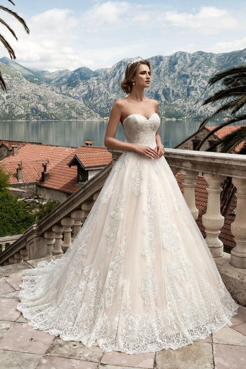 Свадебное платье с открытым корсетом и кружевной юбкой силуэта «принцесса».
