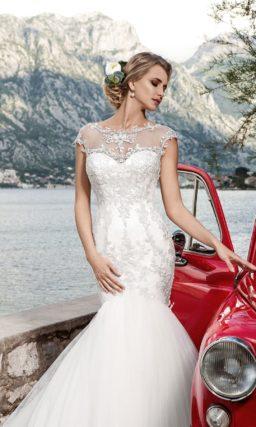 Свадебное платье с притягательным кроем «русалка» и фигурным округлым вырезом под горло.