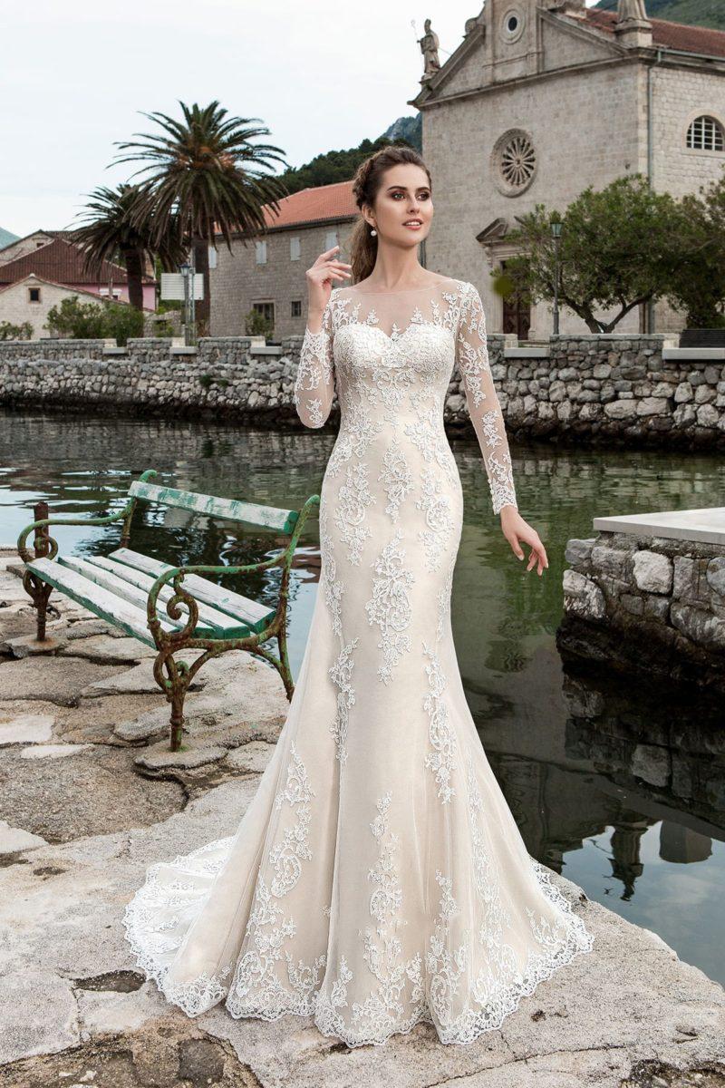 Кремовое свадебное платье «рыбка» с длинными рукавами и изящным округлым вырезом.