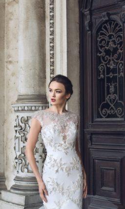 Смелое свадебное платье «рыбка» с глубоким вырезом и отделкой блестящим кружевом.