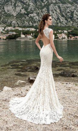 Свадебное платье «русалка» с округлым декольте и открытой вырезом «замочная скважина» спиной.