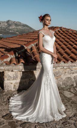 Глянцевое свадебное платье облегающего кроя с полупрозрачной вставкой над декольте.