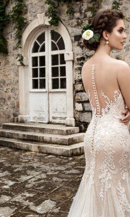 Нежное свадебное платье чувственного кроя, выполненное в бежевом цвете, декорированное кружевом.