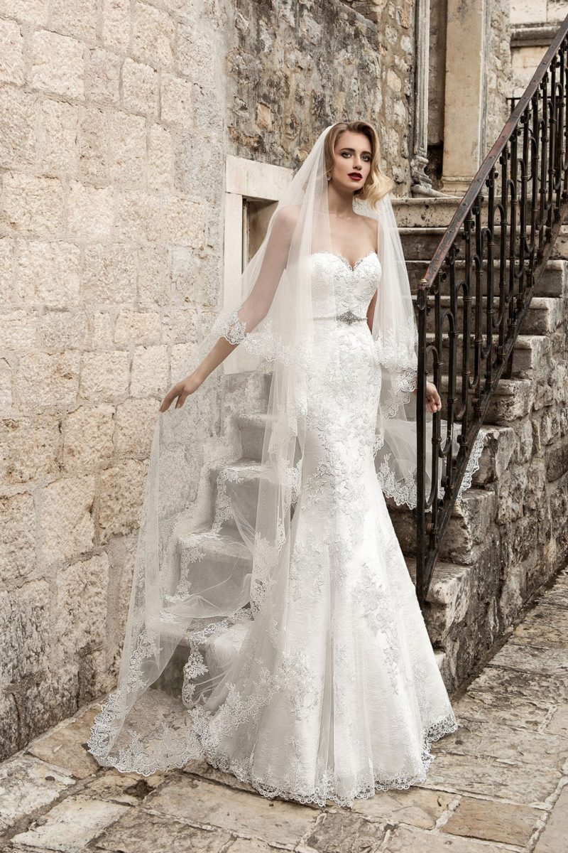 Открытое свадебное платье притягательного силуэта «рыбка» с узким сияющим поясом.