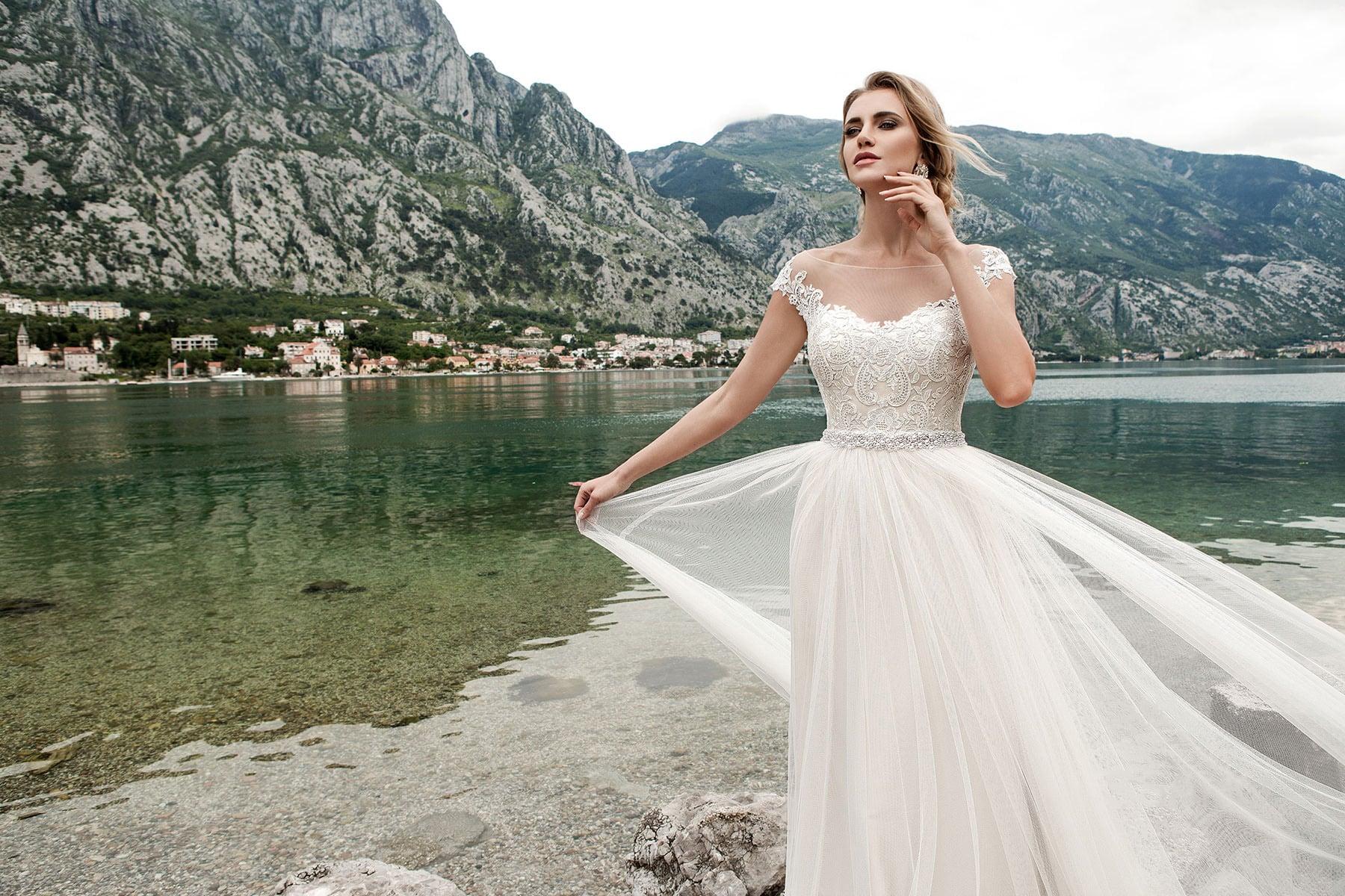 Ампирное свадебное платье сверкающего пояса и открытой округлым декольте спинкой.
