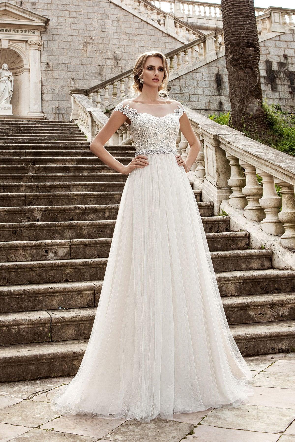 a83561ac14d Ампирное свадебное платье сверкающего пояса и открытой округлым декольте  спинкой.