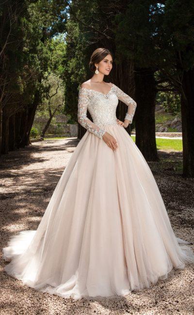 Пышное свадебное платье кремового цвета с элегантным V-образным декольте.
