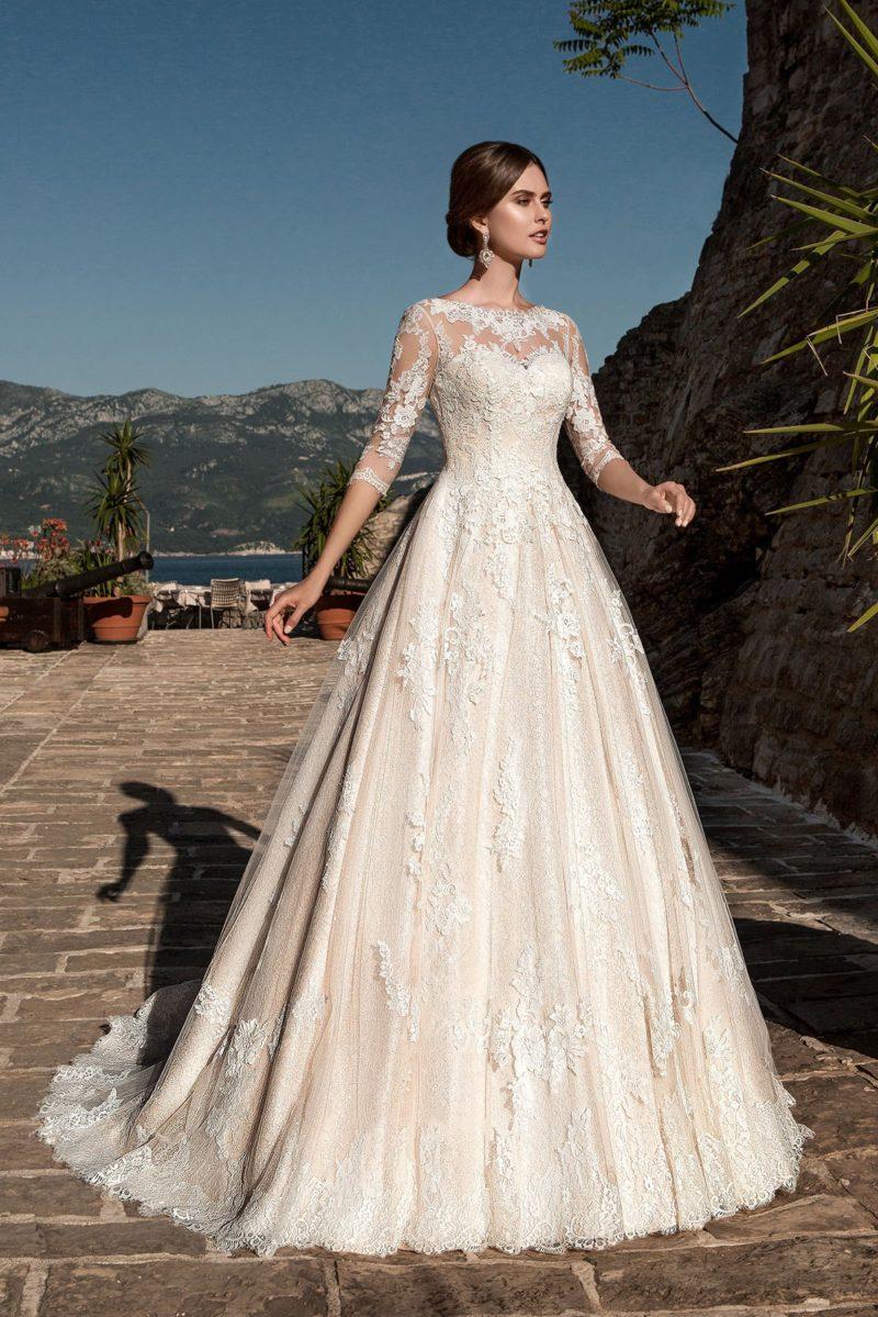 Золотистое свадебное платье в классическом стиле, украшенное кружевными аппликациями.