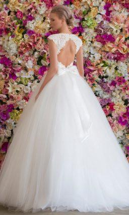 Роскошное свадебное платье с закрытым верхом, оформленным плотной кружевной тканью.