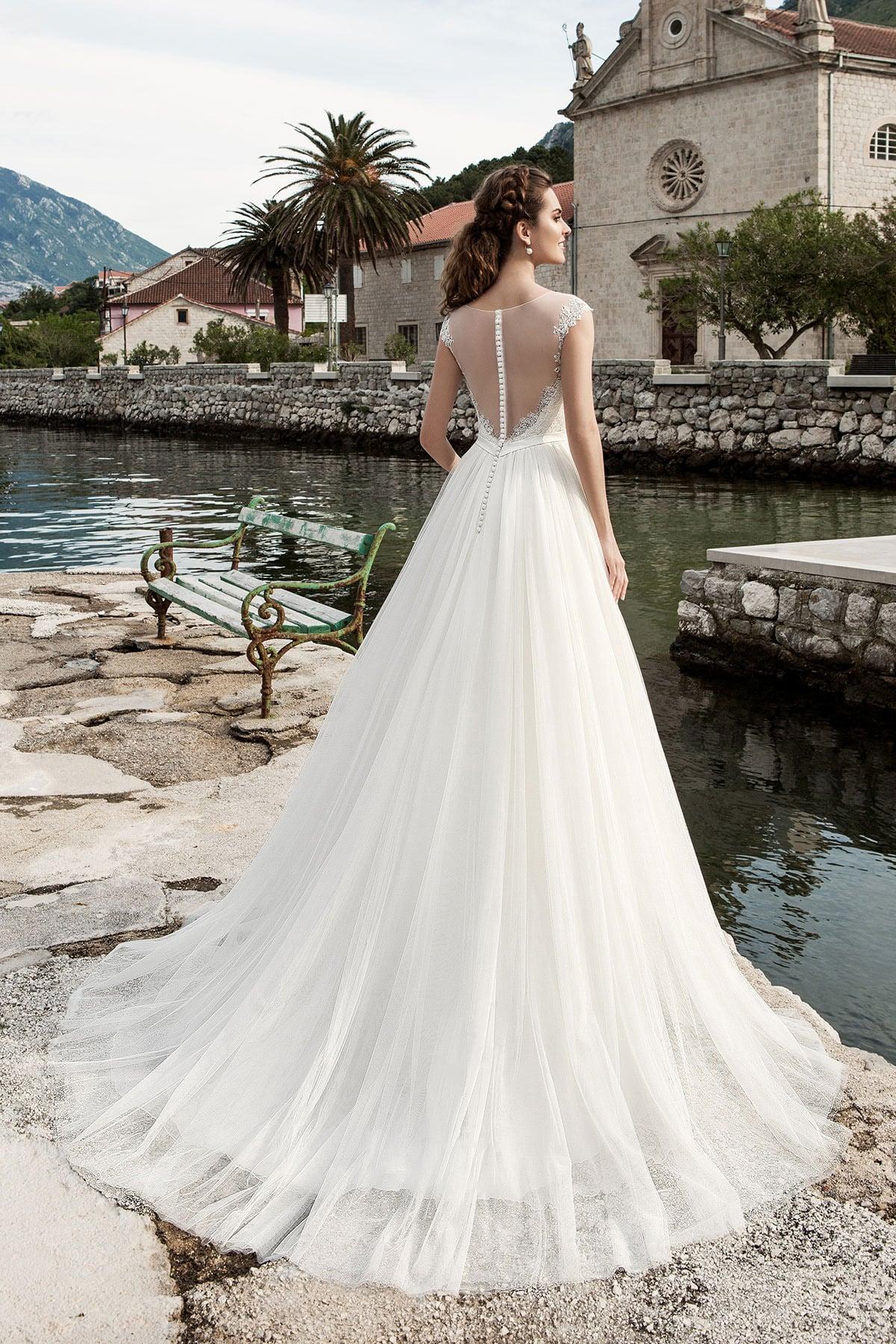 Прямое свадебное платье с кружевным верхом и изящным узким поясом на талии.