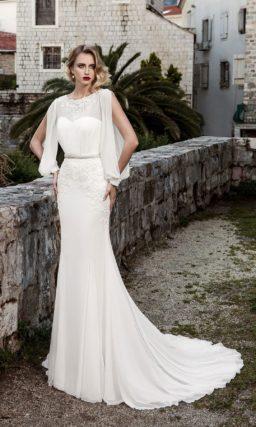 Свадебное платье драматичного кроя с необычными рукавами и открытой спинкой.