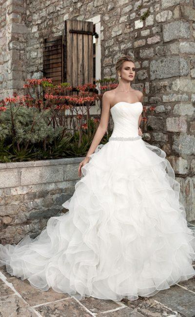 Кокетливое свадебное платье с деликатным вырезом и многоярусной юбкой со шлейфом.