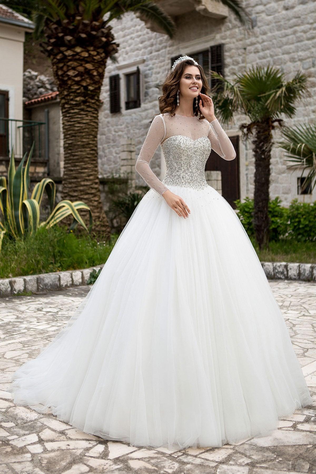 7df7cd6fc11bc48 Пышное свадебное платье с длинными прозрачными рукавами и серебристой  вышивкой по корсету.