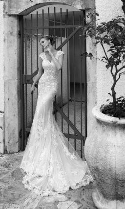 Свадебное платье «русалка» с небольшим V-образным вырезом и широкими кружевными бретелями.