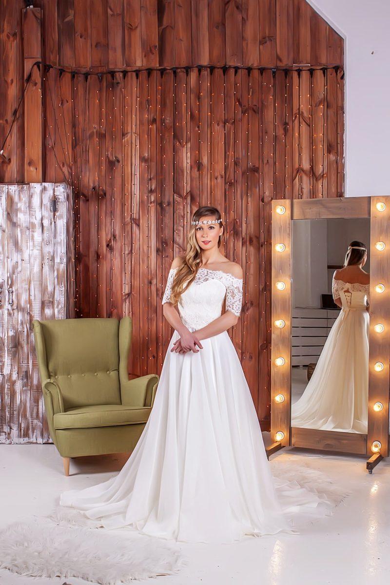 Стильное свадебное платье «колонна» с вертикальными драпировками по юбке и кружевным верхом.