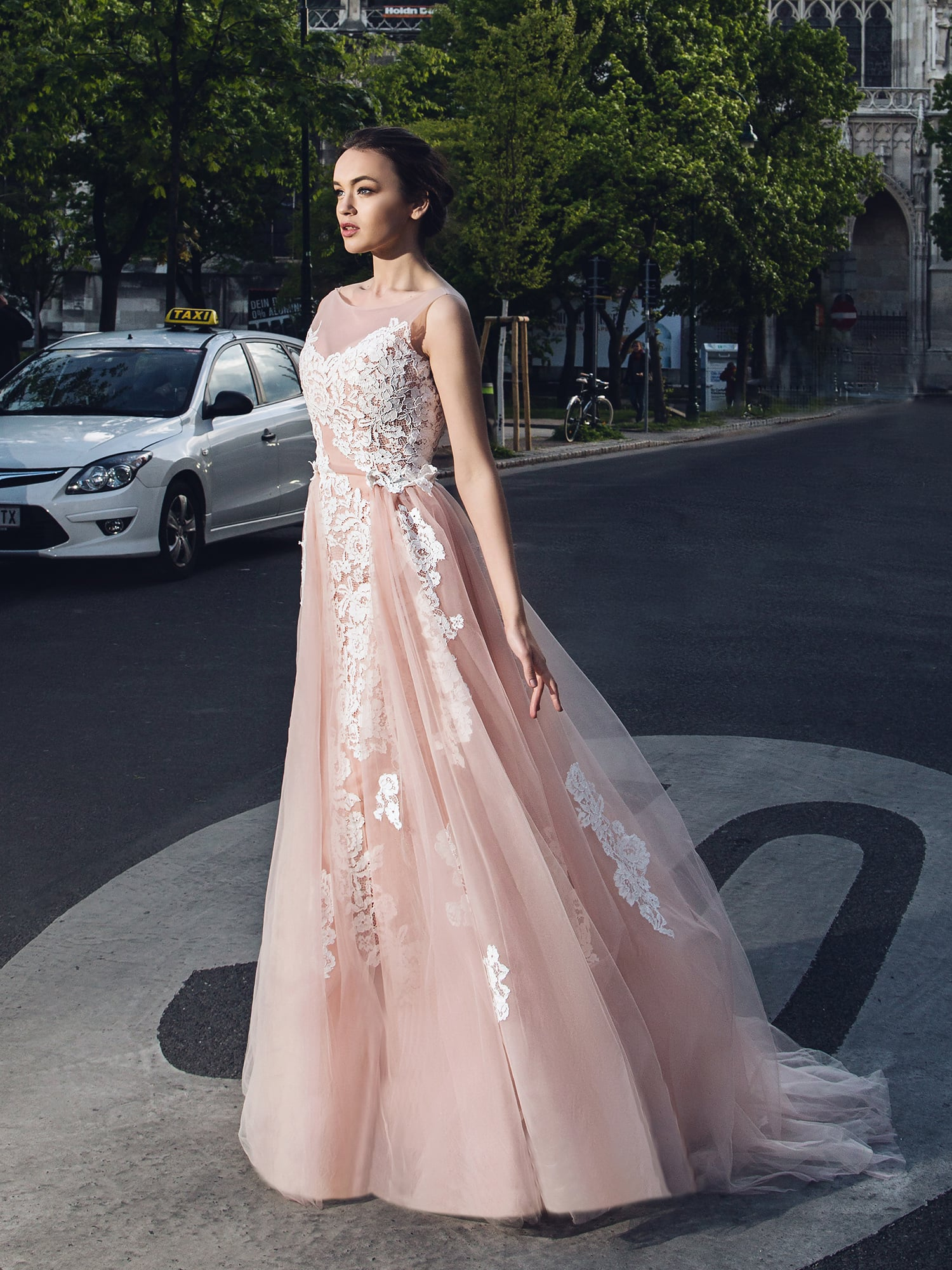 Свадебное платье нежно-персикового цвета.