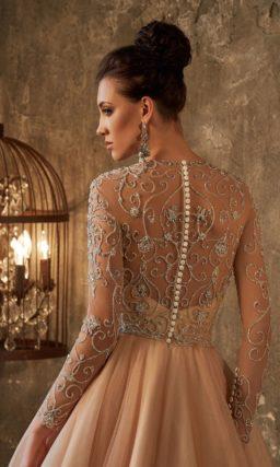 Цветное свадебное платье, украшенное вышивкой по закрытому верху, с юбкой-трапецией.