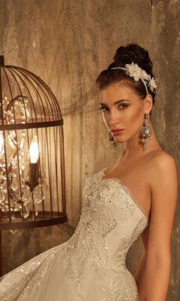 Роскошное свадебное платье с юбкой, покрытой оборками, и корсетом с кружевным декором.
