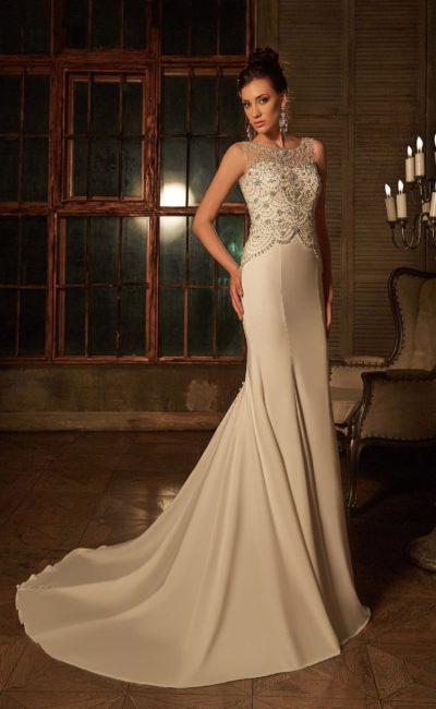 Свадебное платье «русалка» с атласным шлейфом и бисерной отделкой закрытого лифа.