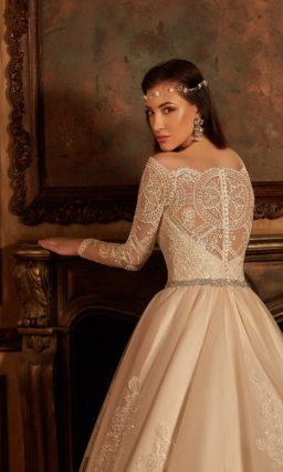 Свадебное платье «трапеция» с изысканным кружевным верхом и длинным шлейфом.