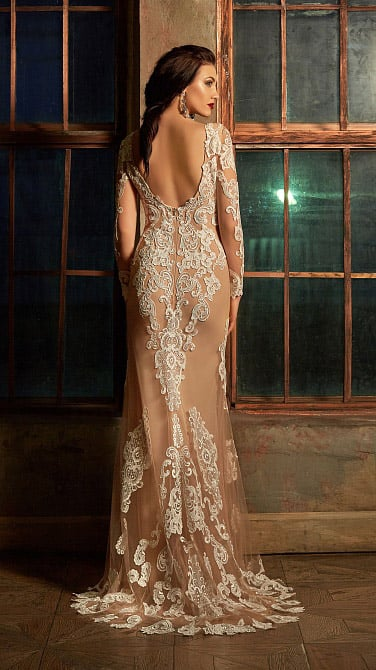 Свадебное платье-трансформер с подкладкой бежевого цвета и отделкой белым кружевом.