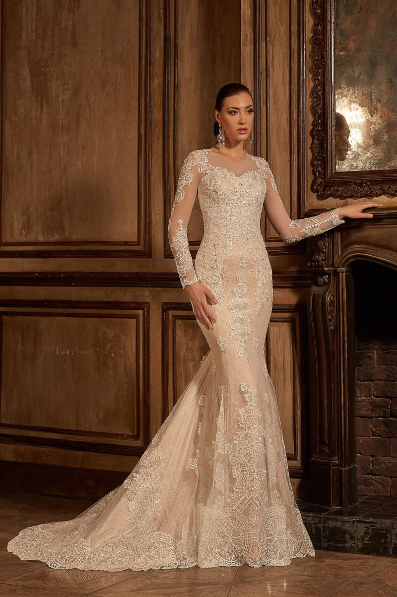 Торжественное свадебное платье бежевого цвета с роскошным декором из кружева и юбкой «рыбка».