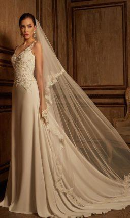 Свадебное платье прямого кроя с роскошной вышивкой на открытом лифе и на спинке.