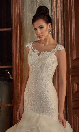 Свадебное платье цвета слоновой кости, с юбкой кроя «русалка» и романтичным декором.